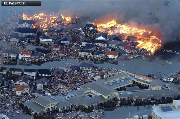 La gran ola ha devastado distritos enteros en la ciudad de Natori. Agua, escombros y fuego dibujan paisajes desoladores como este.