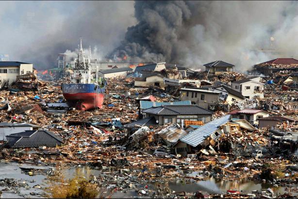 Un gigantesco barco descansa en lo que antes de ayer fue una calle. Kesennuma, Prefectura de Miyagy. Fuente: The New York Times
