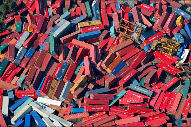 Centenares de contenedores volcados en Sendai. Fuente: The New York Times