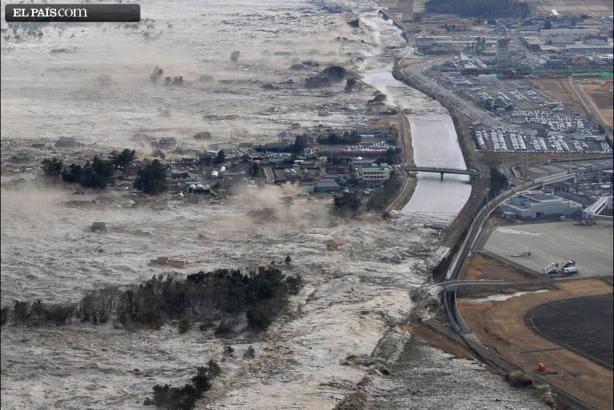 Una ola arrasa las costa de Iwanuma, en el norte de Japón. Fuente: ElPaís.com, vía AP