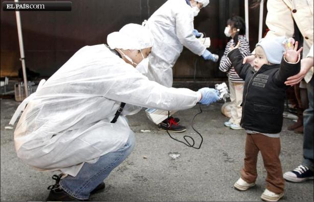 Las fuerzas de Autodefensa -Ejército japonés- controlan la radioactividad de los habitantes de Koriyama, cerca de la central de Fukushima, momentos antes de evacuarlos. Fuente: ElPaís.com