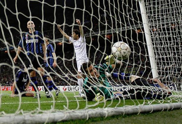 Raúl celebra su gol al Inter. Era el 2-3 en ese momento