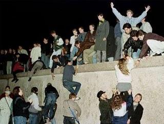 Los berlineses celebran el fin del Muro de la Verguenza